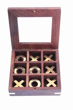 Tic Tac Toe-Spiel - Holzbox mit Messingspielsteinen