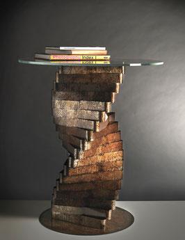 Torque 05. Tavolino in metallo ossidato e vetro circolare.