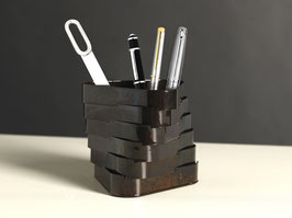 Torque 01. Portapenne/vasi in metallo ossidato.