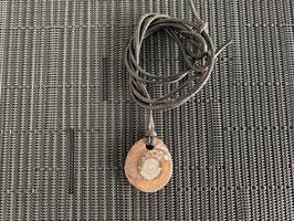 Ammonit in Schiefer-Anhänger, mit Lederband - 1