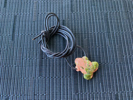Unakit-Frosch-Anhänger, gebohrt, mit Lederband