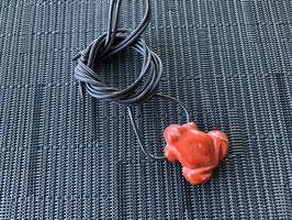 Jaspis rot-Frosch-Anhänger, gebohrt, mit Lederband