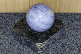 Blauquarz-Kugel auf Labradorit-Basisplatte
