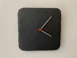 Uhr auf schwarzem Schiefer