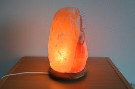 Salzkristall-Lampe auf Holz-Sockel