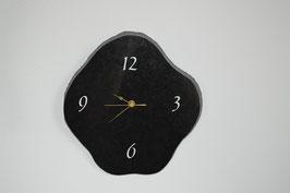Uhr auf Marmorplatte