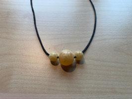 Set mit 1 Orangencalcit-Kugel 1,5 cm + 2 Orangencalcit-Kugeln 1 cm und 1 Lederband schwarz