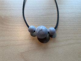 Set mit 1 Chalcedon blau-Kugel 1,5 cm + 2 Chalcedon blau- Kugeln 1 cm und 1 Lederband schwarz