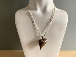 Stromatolith-Herz, geschwungen an Silberöse