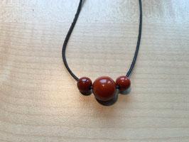Set mit 1 Jaspis rot-Kugel 1,5 cm + 2 Jaspis rot-Kugeln 1 cm und 1 Lederband schwarz