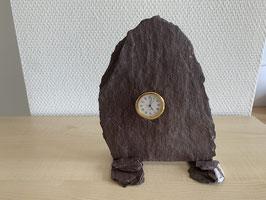 Uhr in Verrucano-Schiefer