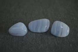Chalcedon-Trommelstein, blau
