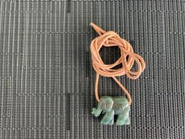 Aventurin-Elefant-Anhänger, gebohrt, mit Lederband
