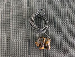 Tigerauge-Elefant-Anhänger, gebohrt, mit Lederband