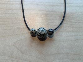 Set mit 1 Dalmatiner-Jaspis-Kugel 1,5 cm + 2 Dalmatiner-Jaspis- Kugeln 1 cm und 1 Lederband schwarz