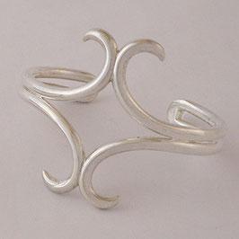 Bracelet N°4. Original, en forme de croix très stylisée. Bronze recouvert d'argent pur.