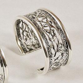 Bracelet N°80. Motif floral, ajouré. Entrelacs de fils suggérant des tiges enlaçant de jolies fleurs. Bronze recouvert d'argent pur.