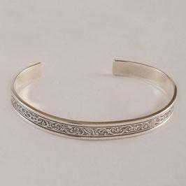 Bracelet H60. Joli bracelet en bronze recouvert d'argent pur à la ciselure très fine. La patine fait ressortir avantageusement le motif de ce bracelet.