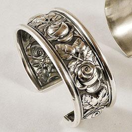 Bracelet N°38. D'inspiration floral, ce bijou met en valeur de jolies roses. L'aspect vieilli que donne la patine en relève les volumes.