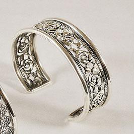 Bracelet N°40. Bracelet ajouré à la ciselure très fine. Bronze recouvert d'argent pur. Arabesques délicates. Bijou très confortable.
