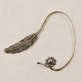 Tour d'Oreille 10. Profil gauche. Fine plume associée à sa ravissante petite fleur d'inspiration médiévale.