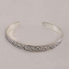 Bracelet N°154. Bijou en bronze recouvert d'argent pur dont la patine relève le motif floral.
