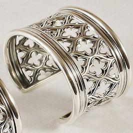 """Bracelet N°66.  Bracelet """"manchette"""" d'inspiration médiévale rappelant les rosaces des cathédrales. De style gothique, ce bracelet en bronze est recouvert d'argent pur."""