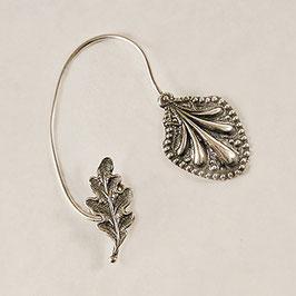 Tour d'Oreille 01. Joli bijou d'oreille, très original associant une petite feuille de chêne et un motif d'inspiration médiéval. Bronze recouvert d'argent pur.