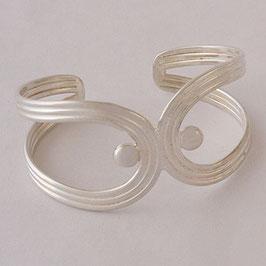 Bracelet N°6.   Bijou mêlant modernisme, sobriété et originalité. Bronze recouvert d'argent pur.
