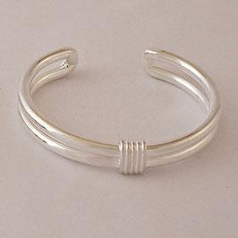 Bracelet N°19. Moderne, sobre et élégant. Juste sa petite note d'originalité sur le dessus. Bronze recouvert d'argent pur.