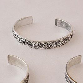 Bracelet N°54. Bijou en bronze recouvert d'argent pur dont la patine relève le motif floral.