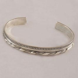 Bracelet H52. Alliance de deux styles. Entrelacs en volume associé à un plat tout en pointillé.. Bronze recouvert d'argent pur.