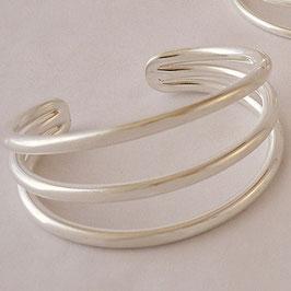 Bracelet N°24. Moderne et sobre, tout simplement trois fils. (diamètre des fils: 4 mm). Bronze recouvert d'argent pur.