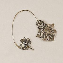 Tour d'Oreille 02. Profil droit. Bijou d'oreille associant le trèfle à 4 feuilles à une jolie fleur à la feuille stylisée.