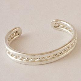 Bracelet N°32. De facture classique, Jolie tresse enserrée dans deux fils tout simples. Bronze recouvert d'argent pur.
