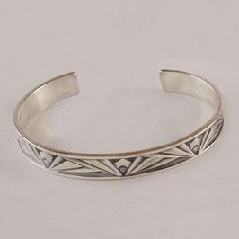 Bracelet N°157. Bijou très confortable de facture art déco. Bronze recouvert d'argent pur, la patine appropriée révélant subtilement le motif.