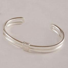 Bracelet H19. Moderne, sobre et élégant. Juste sa petite note d'originalité sur le dessus. Bronze recouvert d'argent pur.