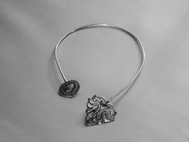 Collier N°13. Tour de cou léger et très confortable.D'inspiration médiévale et féerique associant une jolie feuille ajourée à son nénuphar stylisé où se love discrètement un petit coquillage.