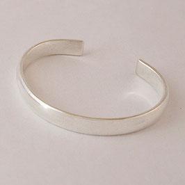 Bracelet N°58. Sobriété. Demi jonc dans sa plus simple expression. Bronze recouvert d'argent pur. Très jolie parure avec son collier associé.