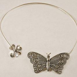 Collier 12. Tour de cou léger et printanier avec son papillon comme posé sur son trèfle à 4 feuilles.