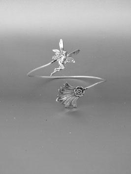 Tour de Bras 07. D'inspiration elfique, ce bijou associe une petite fée virevoltante à une fleur discrète entourée de son feuillage stylisé. Bronze recouvert d'argent pur.