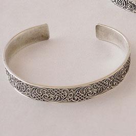 Bracelet N°62. Bijou confortable et léger.D'inspiration médiévale. Fines arabesques. La patine appropriée en relève les motifs. Bronze recouvert d'argent pur.