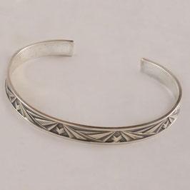 Bracelet H57. Bijou très confortable de facture art déco. Bronze recouvert d'argent pur, la patine appropriée révélant subtilement le motif.