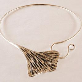 Collier .5.Magnifique collier en bronze recouvert d'argent pur rappelant la feuille de ginkgo. Très confortable.