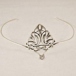 Diadème 01. D' inspiration médiévale, grande feuille ajourée et stylisée associée à sa discrète petite fleur.