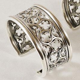 Bracelet N°65.  Bracelet d'inspiration médiévale dont le motif rappelle les rosaces des cathédrales. De style gothique, ce bracelet est en bronze recouvert d'argent pur.