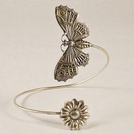 Tour de Bras 05. Grand papillon associé à une jolie marguerite. Bronze recouvert d'argent pur.