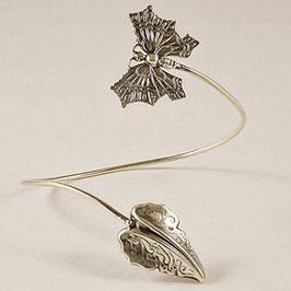 Tour de Bras 03. Tour de bras élégant et printanier. petit papillon et sa feuille tout en volume aux délicates volutes. Bronze recouvert d'argent pur.