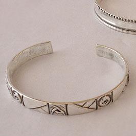 Bracelet N°56. De facture art nouveau, ce bijou est en bronze recouvert d'argent pur. la patine appropriée relevant avantageusement le motif.