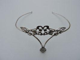Diadème 07.  Diadème ou serre tête, d'inspiration médiévale,féerique. Finement ciselé. Fresque floral. Bronze recouvert d'argent pur.
